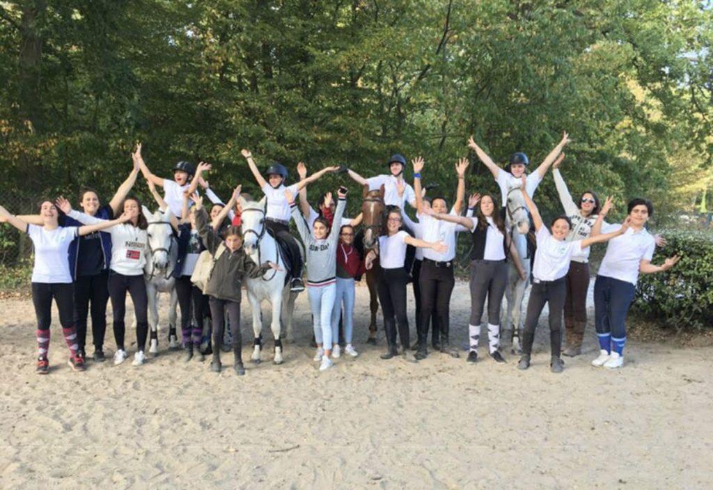 Elèves et équipe de l'Ecole d'équitation de Lamorlaye